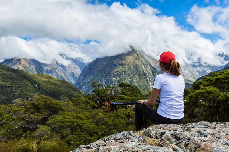 Le randonneur de femme apprécie la vue du sommet principal avec Ailsa Mountain à photographie stock
