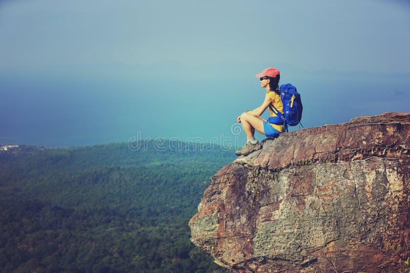 le randonneur de femme apprécient la vue augmentant sur la crête de montagne photographie stock libre de droits