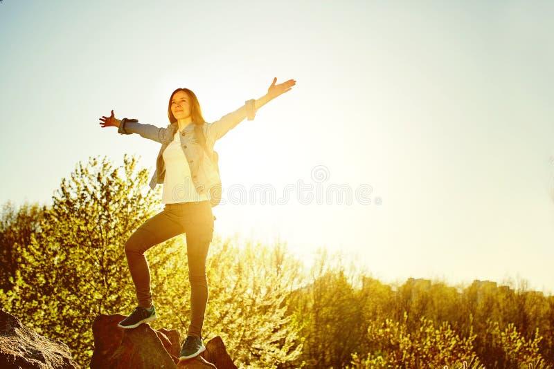 Le randonneur de montagne de femme avec le sac à dos apprécient la vue photos stock