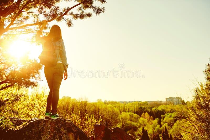Le randonneur de montagne de femme avec le sac à dos apprécient la vue images stock