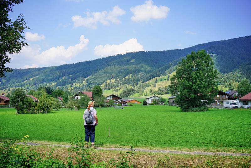 Le randonneur féminin plus âgé rentre la campagne bavaroise photo libre de droits