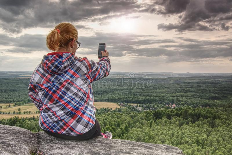 Le randonneur féminin réussi prend la photo au bord photo libre de droits