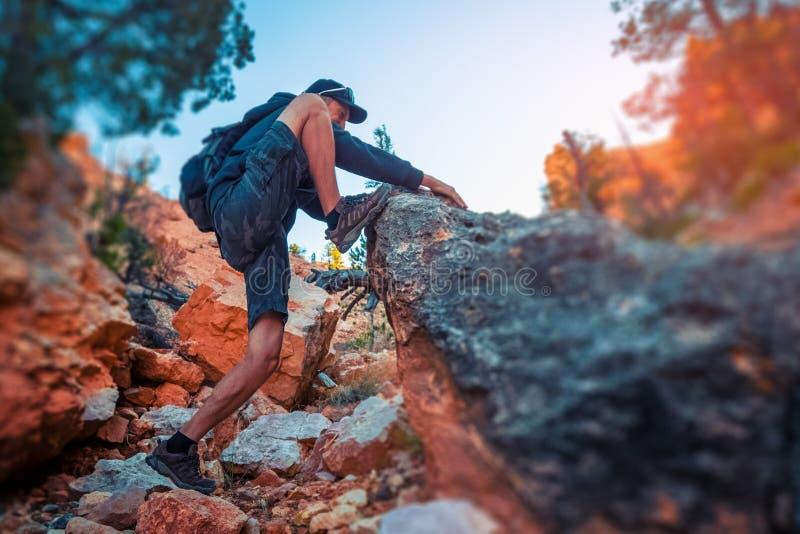 Le randonneur monte la roche raide image libre de droits