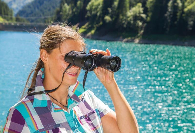 Download Le Randonneur Observe Le Panorama Avec Le Télescope Image stock - Image du trekking, propre: 76076035