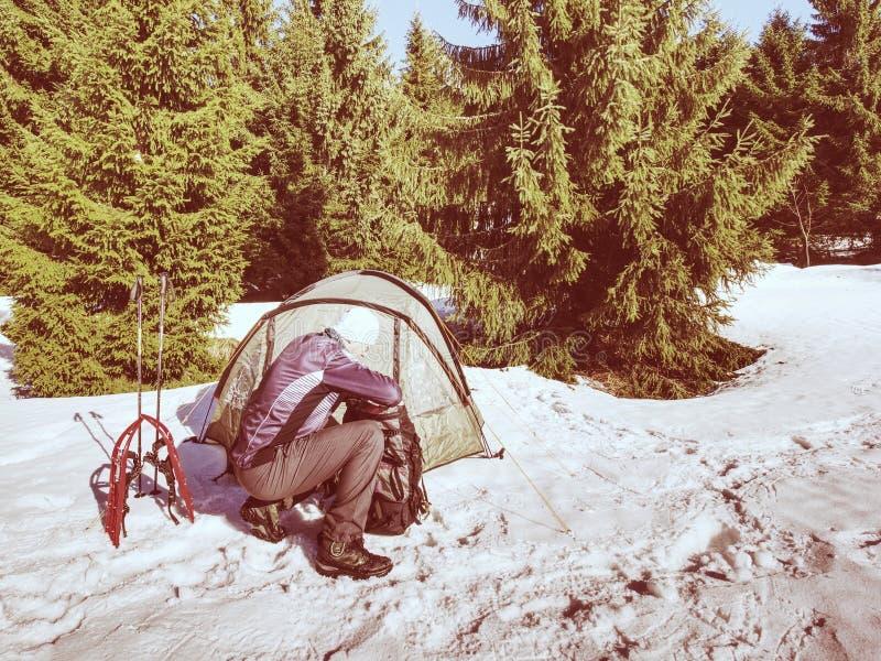 Le randonneur préparent l'équipement pour le voyage de raquettes Hiver voyage de peu de jours en montagnes neigeuses  image stock