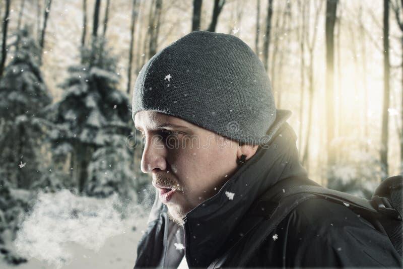 Le randonneur respirent devant le paysage brouillé de forêt photos libres de droits