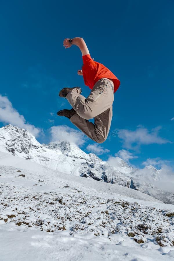Le randonneur saute photo libre de droits