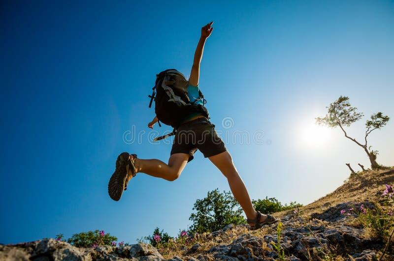 Le randonneur saute photographie stock libre de droits