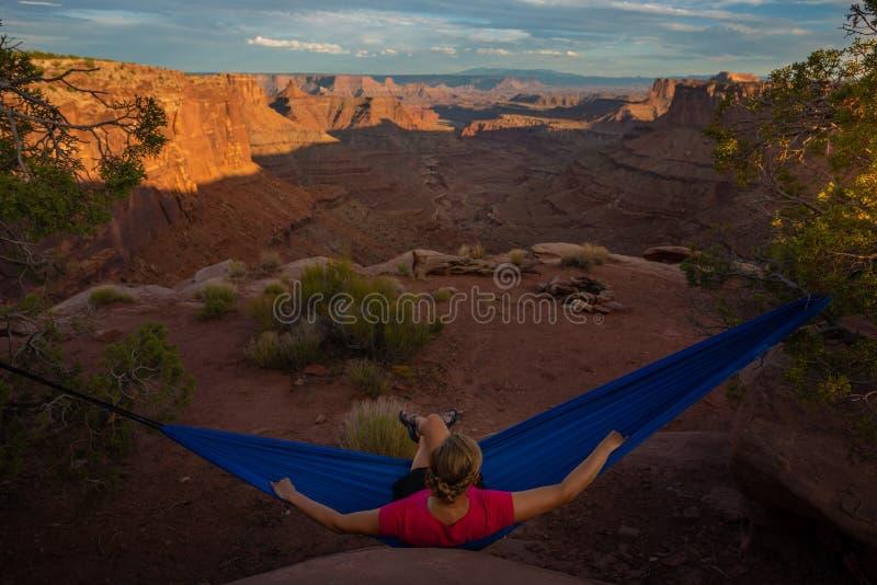 Le randonneur se repose sur un hamac admirant la fourchette est Shafer Ca de coucher du soleil photographie stock libre de droits