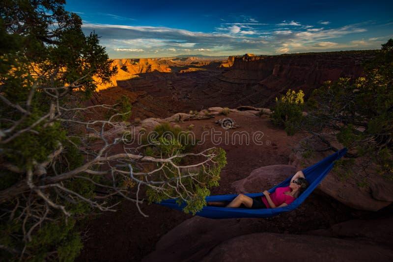 Le randonneur se repose sur un hamac admirant la fourchette est Shafer Ca de coucher du soleil image libre de droits
