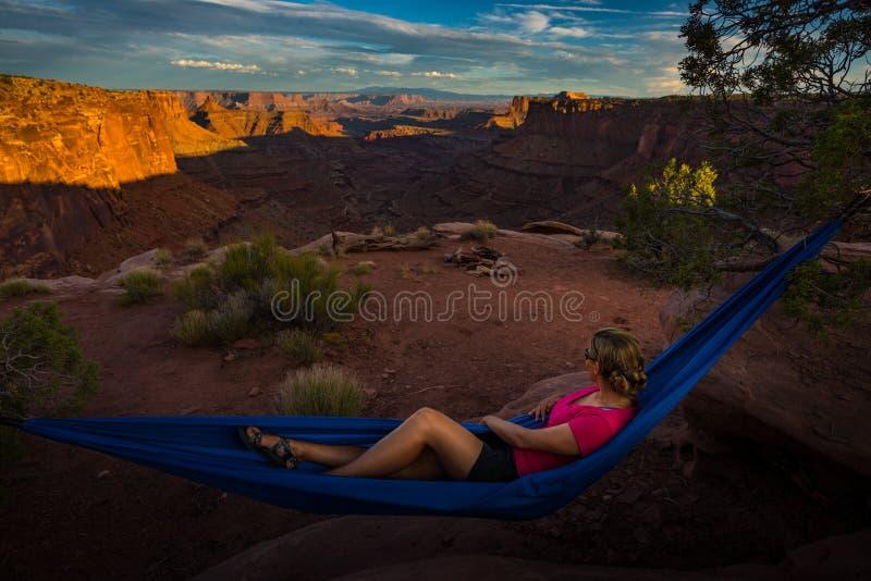 Le randonneur se repose sur un hamac admirant la fourchette est Shafer Ca de coucher du soleil image stock
