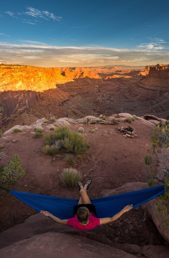 Le randonneur se repose sur un hamac admirant la fourchette est Shafer Ca de coucher du soleil images libres de droits