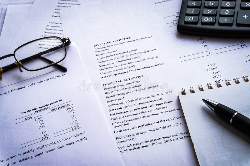 Le rapport de rapport des revenus de résultats avec la calculatrice, document est maquette photographie stock