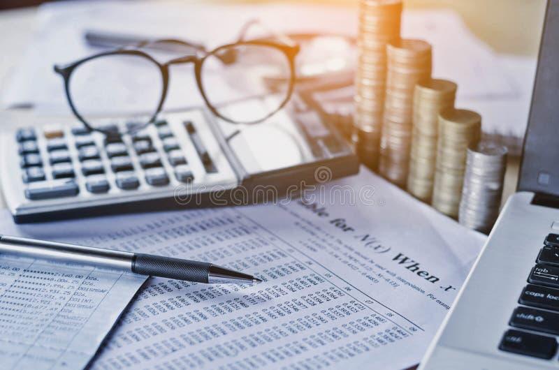le rapport et le concept de comptabilité d'entreprise épargnent l'argent avec le stylo calorie images stock