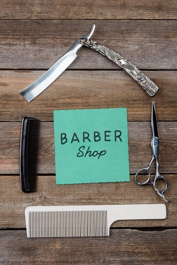 Le raseur-coiffeur se connectent le fond en bois photo stock
