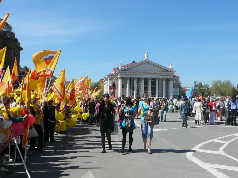 Le rassemblement de la solidarité des syndicats le 1er mai dans la ville de Volgograd, Russie photos libres de droits
