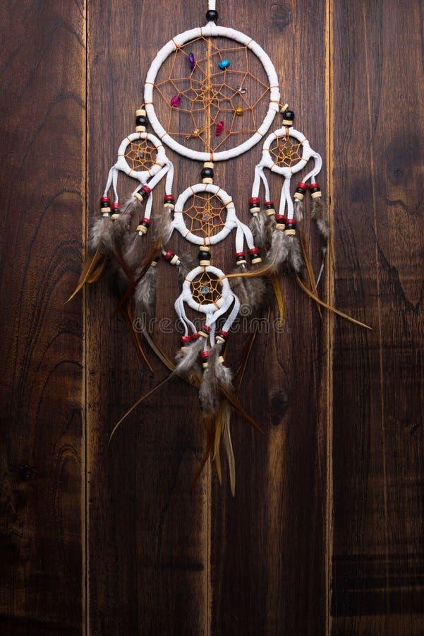 Le receveur rêveur avec des fils de plumes et les perles rope le spiri accrochant images libres de droits