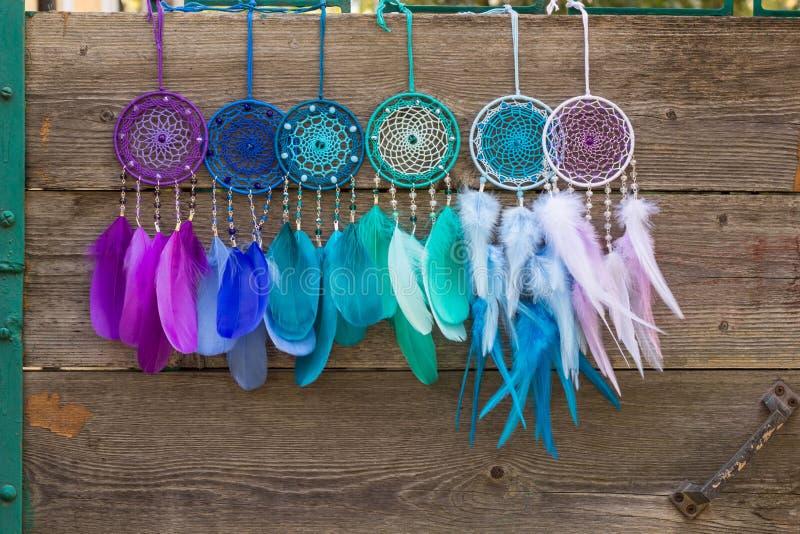 Le receveur rêveur fait main avec des fils de plumes et les perles rope accrocher photo stock