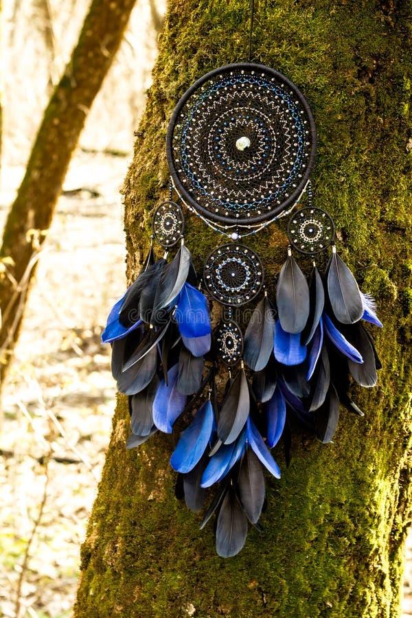 Le receveur rêveur fait main avec des fils de plumes et les perles rope accrocher photos stock