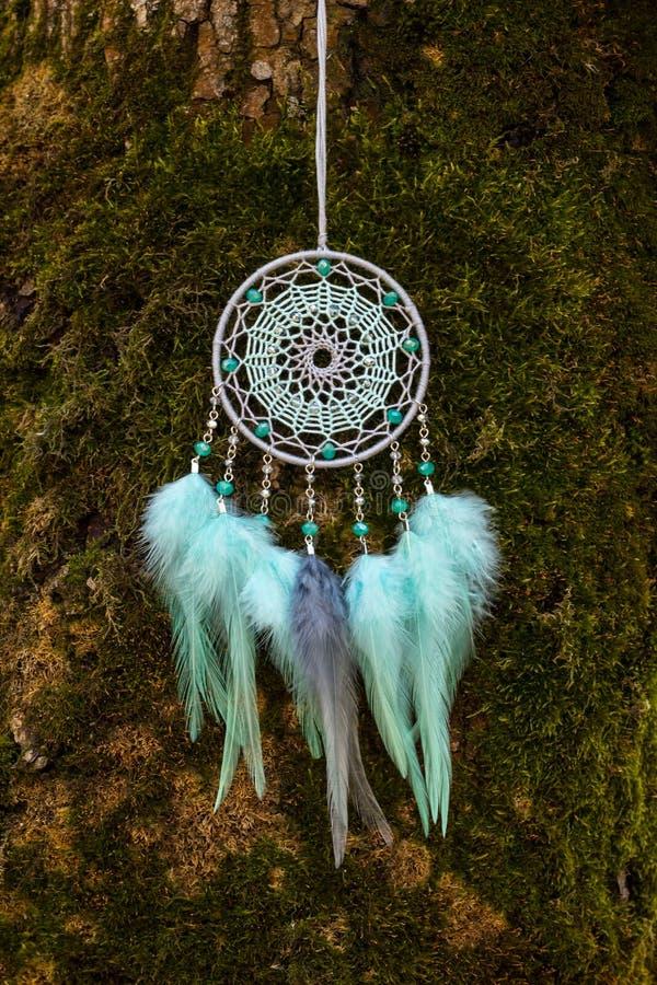 Le receveur rêveur fait main avec des fils de plumes et les perles rope accrocher images libres de droits