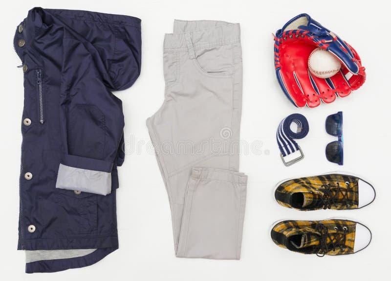 Le regard à la mode de mode de vue supérieure des enfants vêtx sur le fond en bois blanc mode de gosses Ressort, équipement d'aut photo stock
