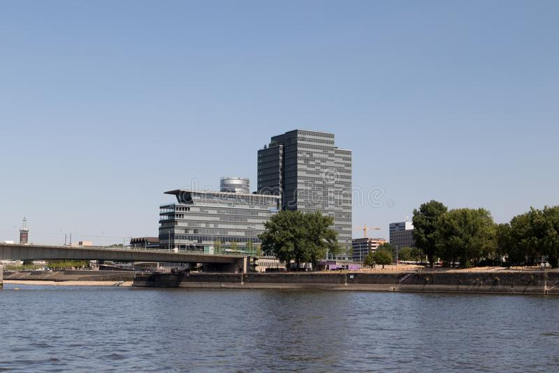 Le regard à un grand bâtiment à la berge du cologne observée de la vue du Rhin pendant le voyage guidé de bateau photo stock
