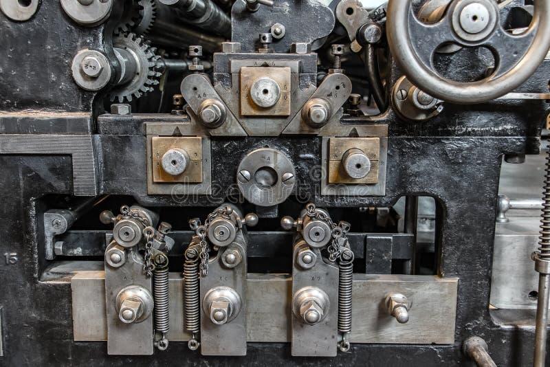 Le regard détaillé à la pièce de la presse de basculage ultra-rapide image stock