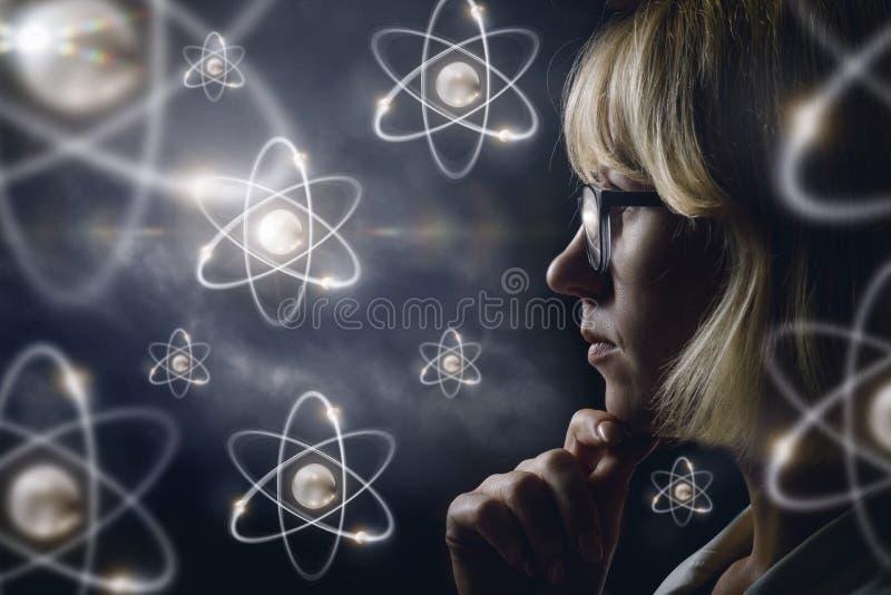 Le regard de femme explore des atomes images libres de droits