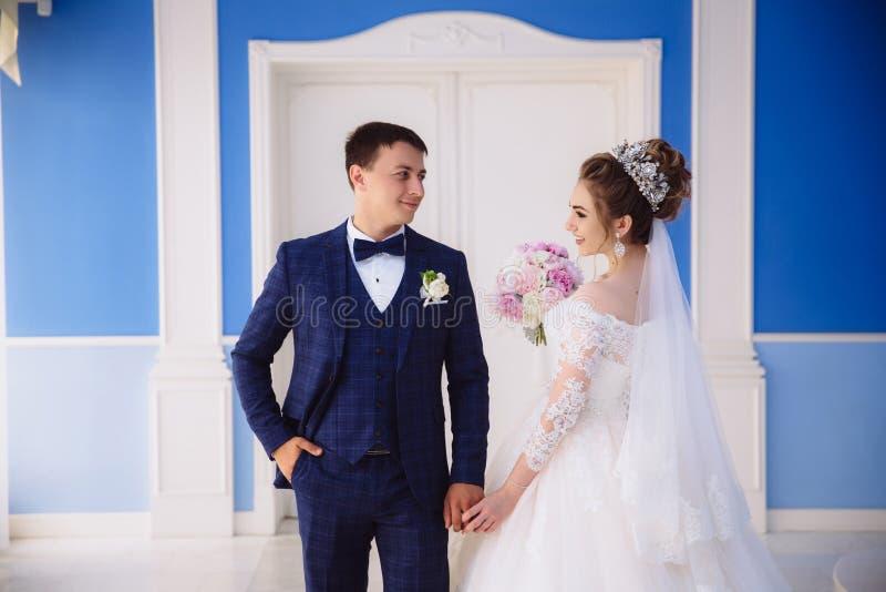 Le regard de jeunes mariés à l'un l'autre dans l'amour La jeune mariée tient son amant par la main et l'appelle à la cérémonie image libre de droits