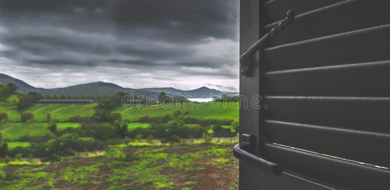 Le regard orageux de ciel de jour sombre par la saison des pluies de jours pluvieux de maison de séjour de fenêtre a brouillé le  photo stock
