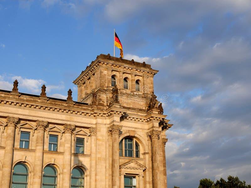 Le Reichstag à Berlin, après reconstruction, est de nouveau le lieu de rencontre du parlement allemand : le Bundestag moderne photographie stock libre de droits