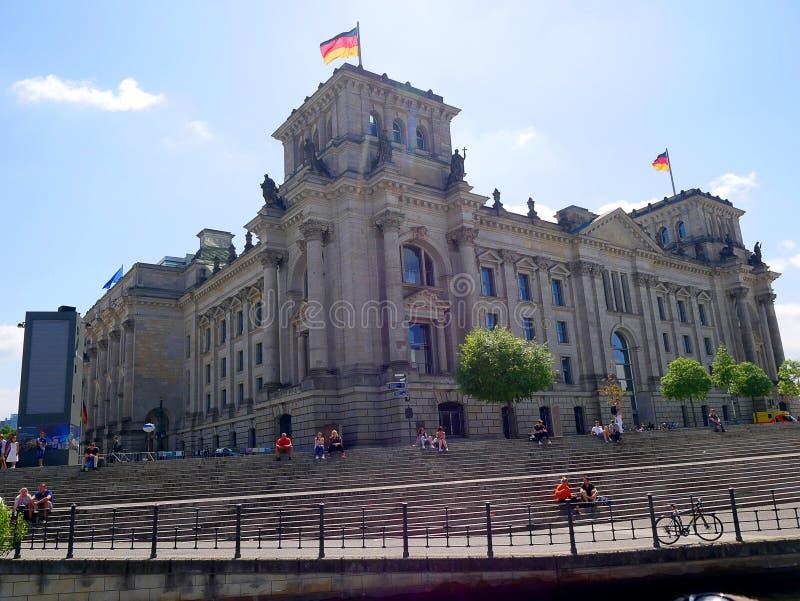 Le Reichstag à Berlin, après reconstruction, est de nouveau le lieu de rencontre du parlement allemand : le Bundestag moderne photos stock