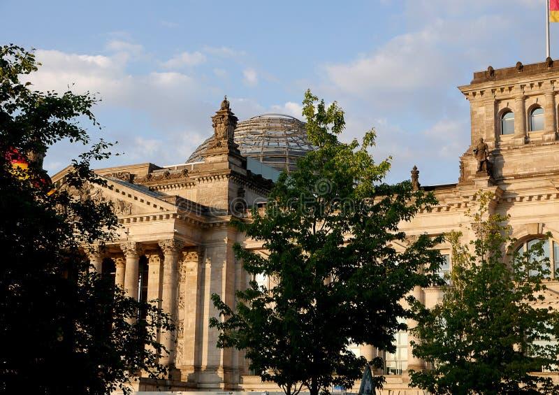 Le Reichstag à Berlin, après reconstruction, est de nouveau le lieu de rencontre du parlement allemand : le Bundestag moderne image stock