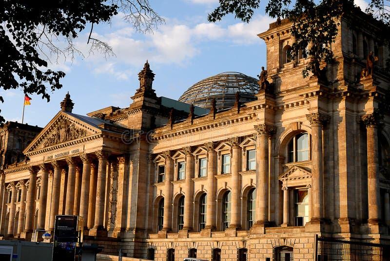 Le Reichstag à Berlin, après reconstruction, est de nouveau le lieu de rencontre du parlement allemand : le Bundestag moderne image libre de droits