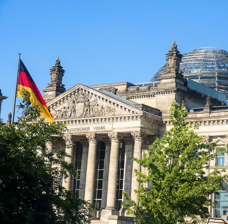 Le Reichstag à Berlin, après reconstruction, est de nouveau le lieu de rencontre du parlement allemand : le Bundestag moderne photographie stock