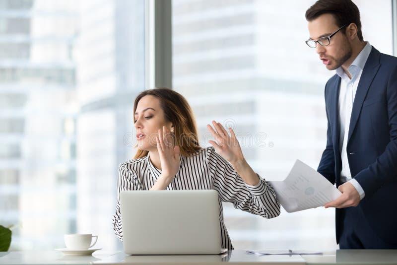 Le rejet tracassé de femme d'affaires acceptent le document du collègue photographie stock