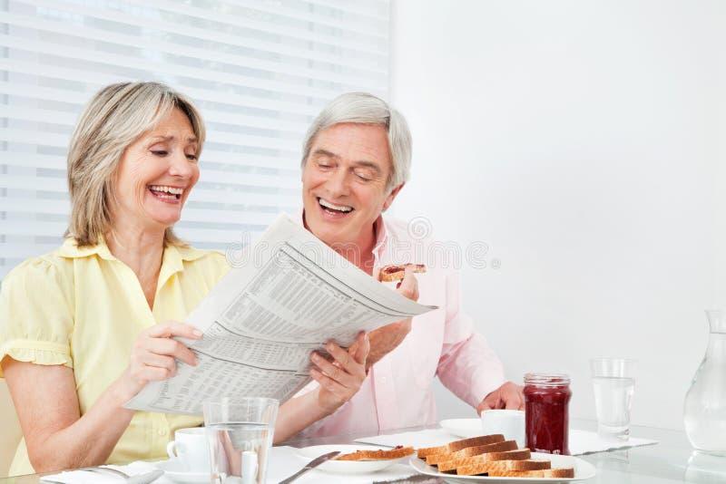 Le relevé aîné heureux de couples images stock