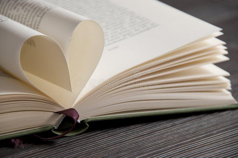 Le relevé d'amour - réservez les pages formant la forme de coeur image stock