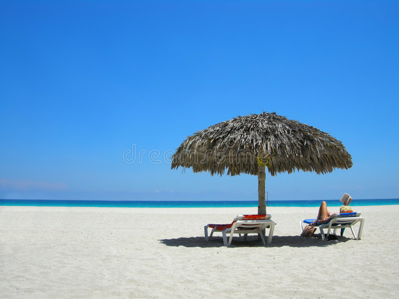 Le relevé de femme sur la plage photos stock
