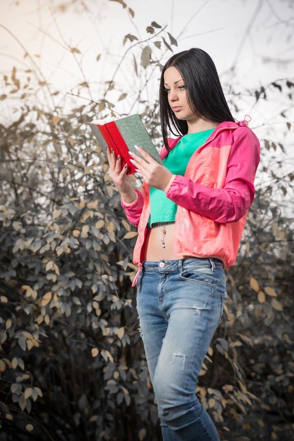 le relevé de stationnement de fille de livre image libre de droits