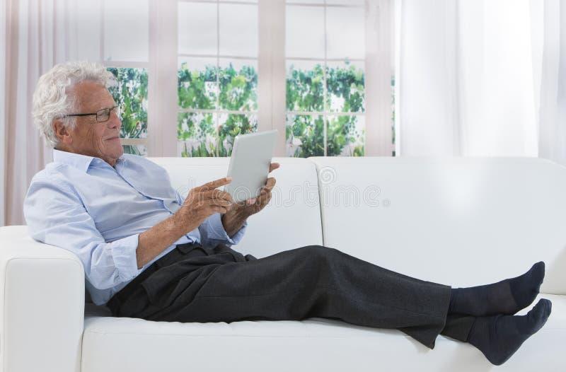 Le relevé heureux d'homme aîné images stock