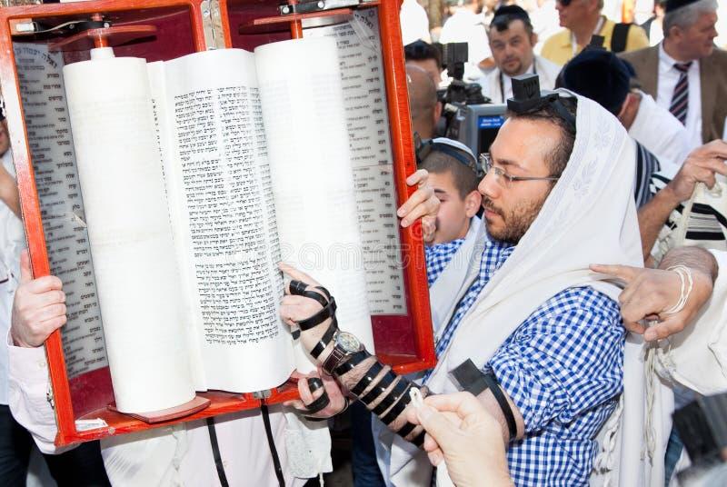 Le relevé juif prient de Torah image stock