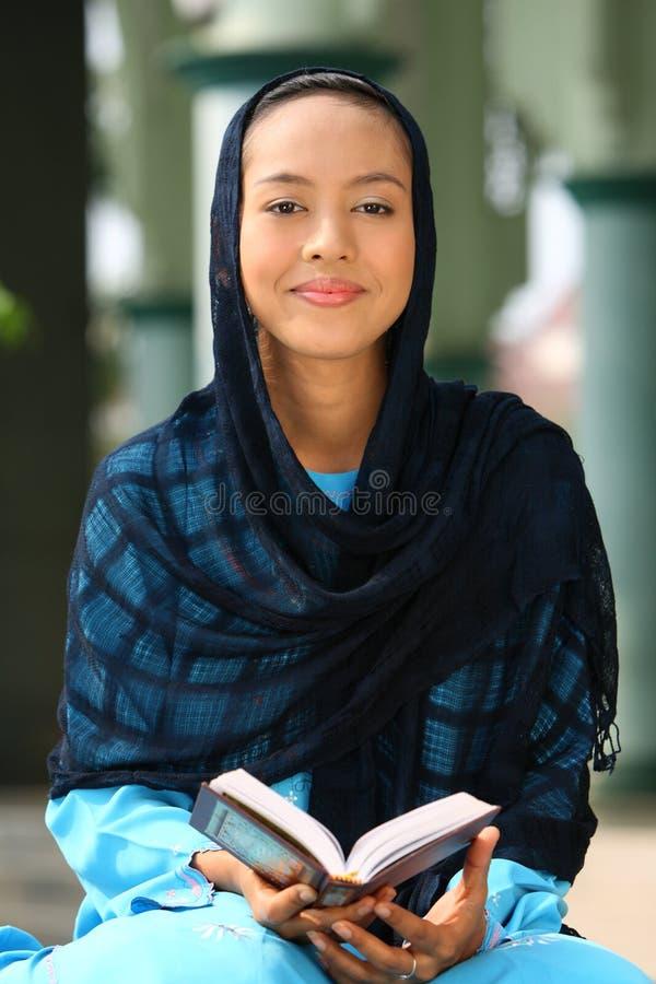 Le relevé musulman Coran de fille photo stock