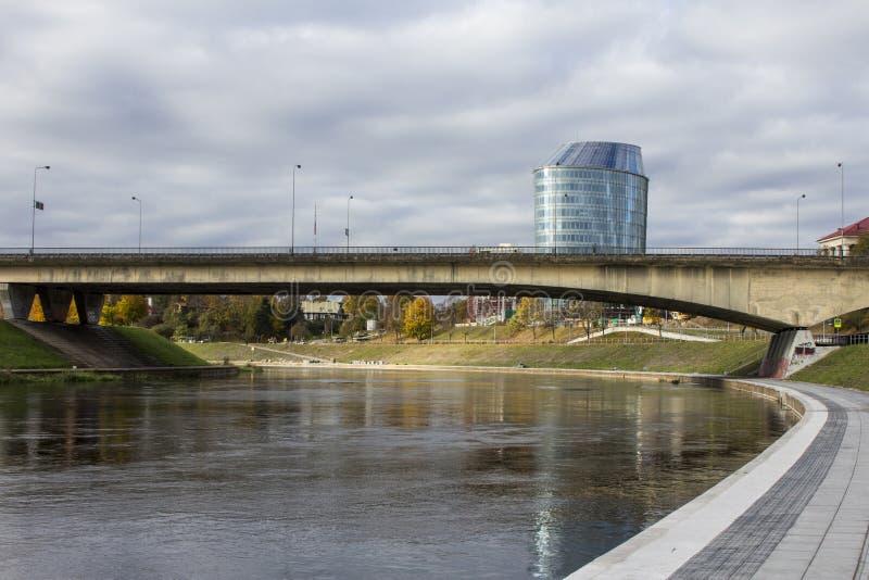 Le remblai de la rivière de Narva et le pont à travers cette rivière à Vilnius lithuania photos libres de droits