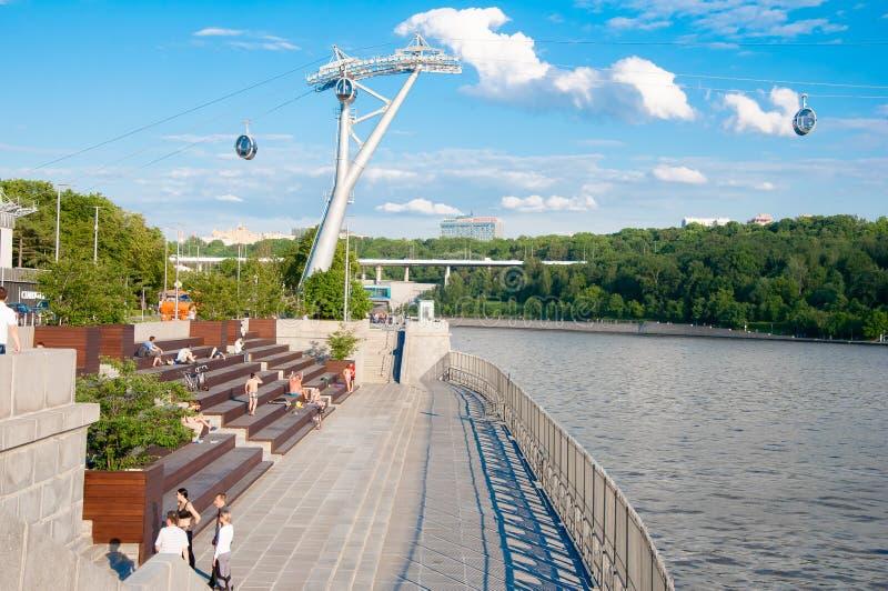 Le remblai moderne de Luzhnetskaya le long de la rivière de Moscou dans le centre ville en mai 24,2018, les gens du pays et les t photographie stock