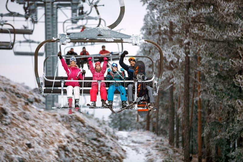Le remonte-pente transporte des skieurs et des surfeurs de famille au moun neigeux photographie stock libre de droits