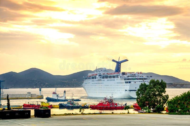 Le remorqueur et autre embarque aider un grand bateau de croisière au port de P images libres de droits