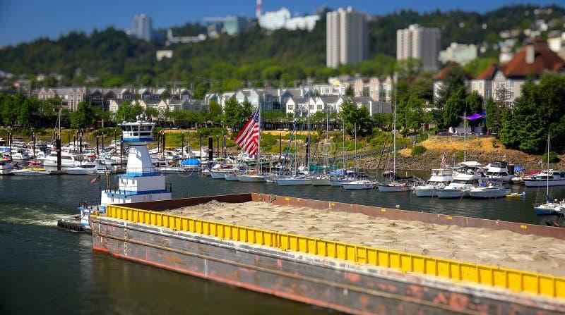 Le remorqueur pousse une péniche en bas de la rivière de Willamette à Portland, ou images stock