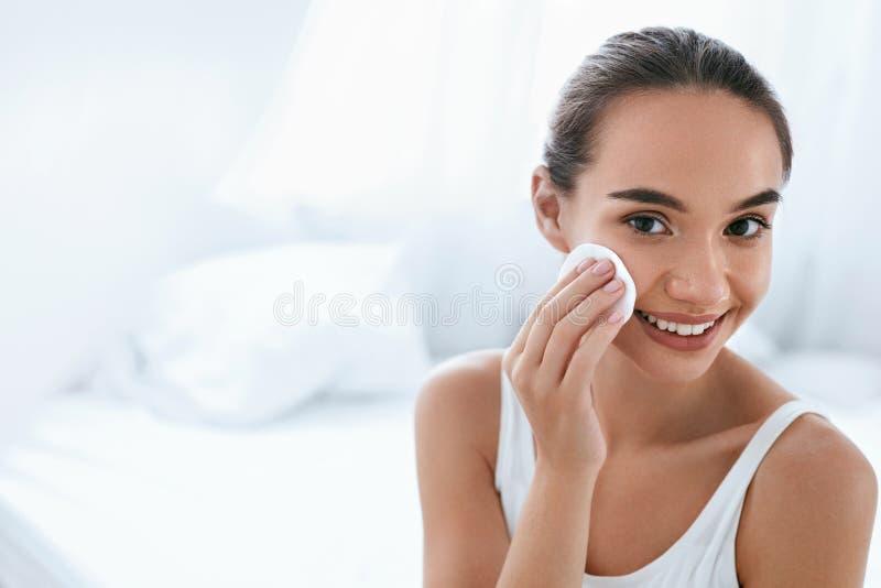 Le renivellement retirent Peau de nettoyage de visage de fille avec la protection cosmétique photographie stock