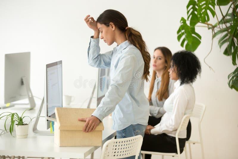 Le renversement a mis le feu à la caisse d'emballage écartée des employés de jeune femme partant de W photographie stock libre de droits